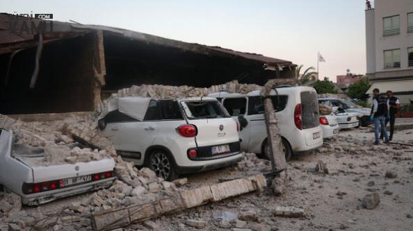 Adana'da Dehşete Düşüren Olay! Fabrika Duvarı Araçların Üzerine Devrildi