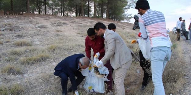 Belediye Başkanı ve Gençler Ormanlık Alanda Çöp Topladı