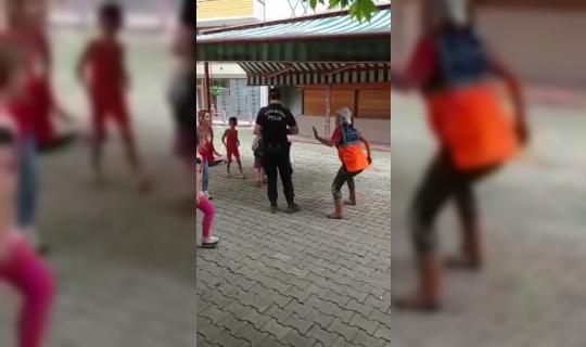 AFAD, Kızılay görevlileri ve çevik kuvvet polisi selzede çocuklarla oyunlar oynayarak moral verdiler