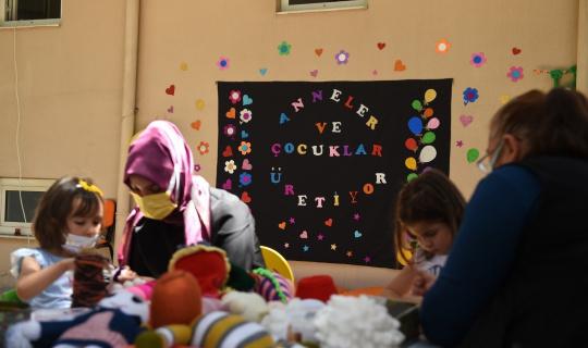 Anneler ve çocukları iş başında