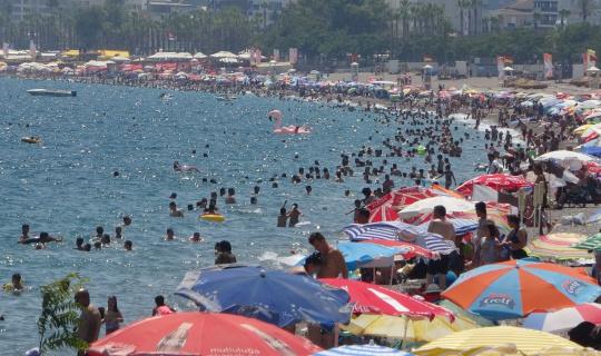 Antalya'da sahillerde yerli turist yoğunluğu