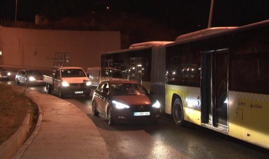 Arnavutköy'de yakıtı biten İETT otobüsü yolda kaldı, ilçe çıkışında trafik durdu