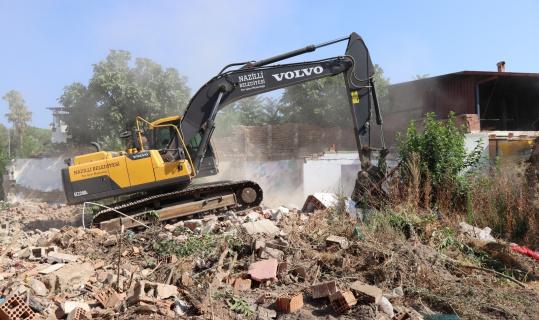 Belediye tehlike arz eden metruk binayı yıktı