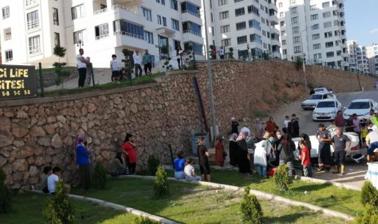 Elazığ'da otomobil istinat duvarından uçtu: 2 yaralı