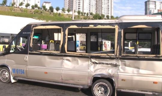 Küçükçekmece'de belediye otobüsü ile dolmuş çarpıştı: 11 yaralı