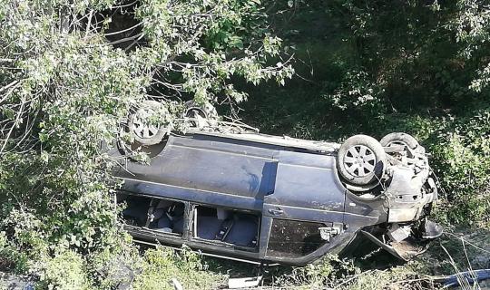 Sarımsak işçilerini taşıyan minibüs uçuruma yuvarlandı: 1 ölü, 8 yaralı