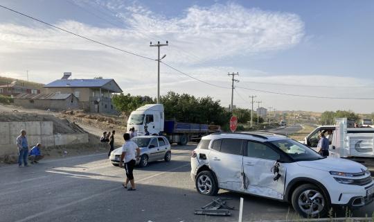 Tatvan'da kontrolden çıkan tır iki araca çarptı