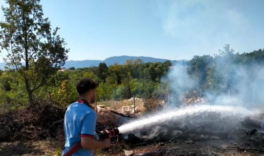 Temizlik için yakılan ateş ormana sıçramadan söndürüldü
