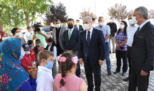 Vali Akın, Necatibey İlkokulunda Karne Dağıttı