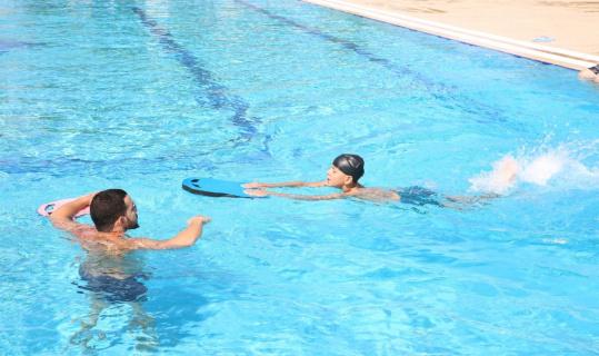 Aydın Büyükşehir Belediyesi Yenipazarlı çocuklara yüzme öğretiyor
