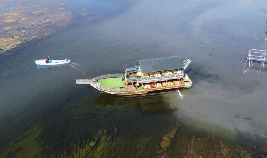 Beyşehir Gölü'nde balçığa saplanan tur tekneleri kayıklarla yüzdürüldü