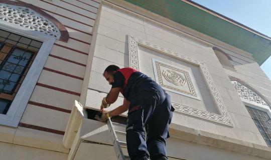 Caminin dış kaplamasına sıkışan yavru kediyi itfaiye kurtardı