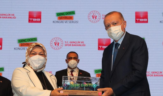 """Cumhurbaşkanı Erdoğan'dan Sancaktepe Belediyesi'ne """"Genç Dostu Şehirler"""" Ödülü"""