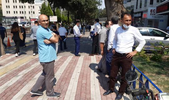 Deprem anında vatandaşlar kendini sokağa attı