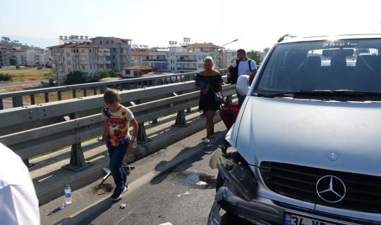 Ehliyetine el konulduğu halde yola çıktı minibüsle çarpıştı, 3 bin TL ceza yedi