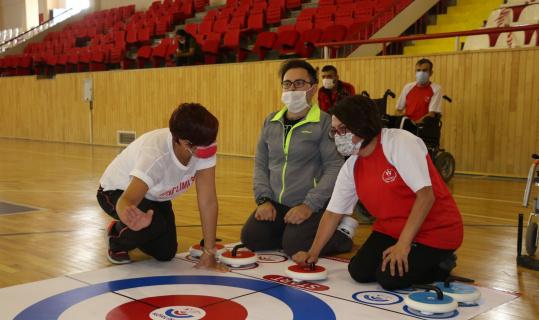Engelli gençlerde floor curling sevinci