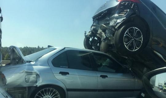 Hadımköy TEM otoyolu Çatalca istikametinde zincirleme kaza meydana geldi. Olay yerine çok sayıda sağlık ve polis ekibi sevk edildi.