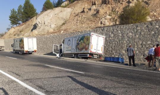 Kamyon ile traktör çarpıştı: 3 yaralı