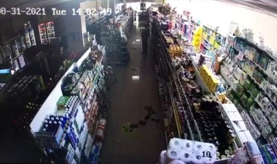 Kütahya'da 5.0 büyüklüğündeki depremde bir markette yaşananlar kamerada