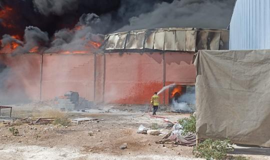 Mardin'de plastik üretim fabrikasında yangın