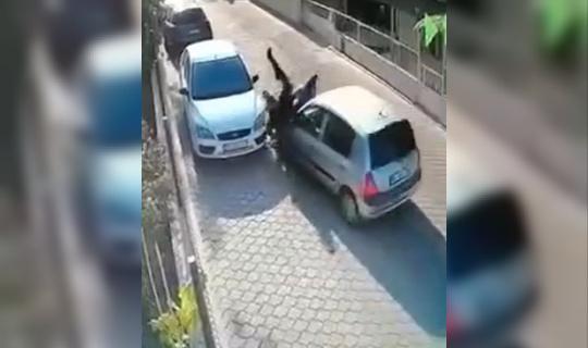 Otomobilin çarptığı yayalar araçların arasında sıkışıp kaldı