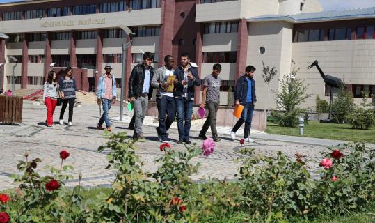 Rektör Türkmen, radyo programında Bayburt Üniversitesini anlattı