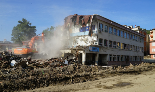 Selde büyük hasar gören Merkez Ortaokulunun yıkımına başlandı