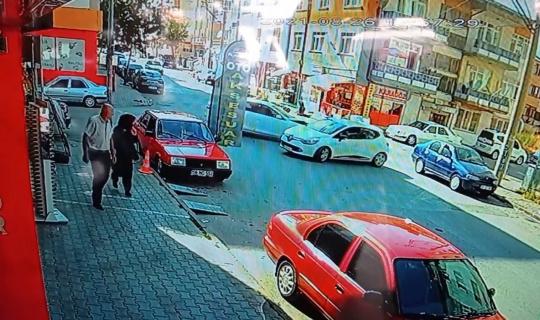 Üç aracın karıştığı kaza güvenlik kamerasında