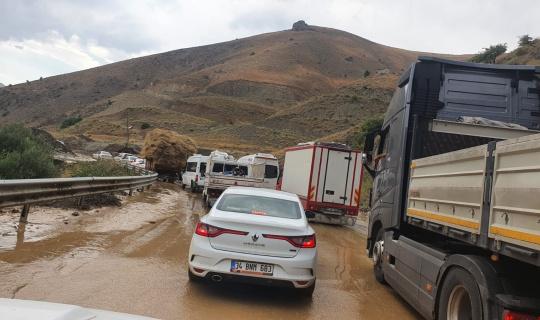 Yüksekova yolunda sel meydana geldi