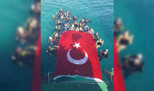 Zafer Bayramını denizde dev Türk bayrağı açarak kutladılar