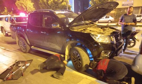 Aracın motor kısmına giren kediyi itfaiye çıkarttı