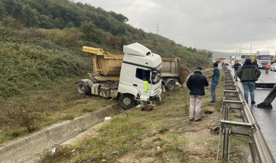 Eyüpsultan'da bariyerleri aşan hafriyat kamyonu yol kenarındaki toprak alana uçtu