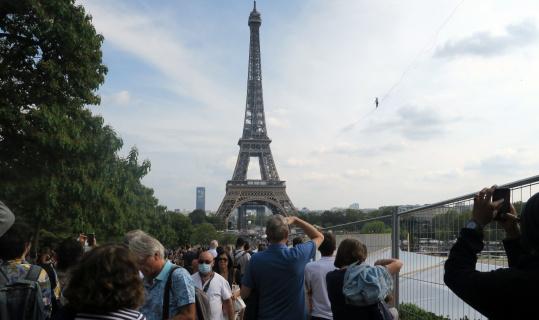 Fransa'da ip cambazı 70 metre yükseklikte 600 metre ip üzerinde yürüdü