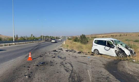 Hız denetimi yapan radar aracına otomobil çarptı: 1'i polis 3 yaralı