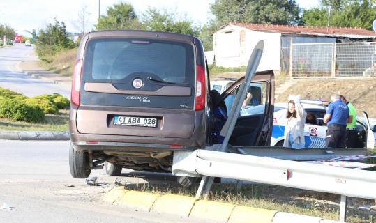 Otomobille çarpışan hafif ticari araç bariyerin üzerinde asılı kaldı: 2 yaralı