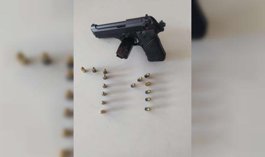 Polisin şüphelendiği şahsın üzerinde tabanca çıktı