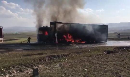 Gürcistan'a giden Azerbaycan plakalı Tır seyir halindeyken yandı