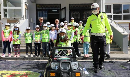 Minikler polis kıyafeti giydi, trafik eğitimi aldı