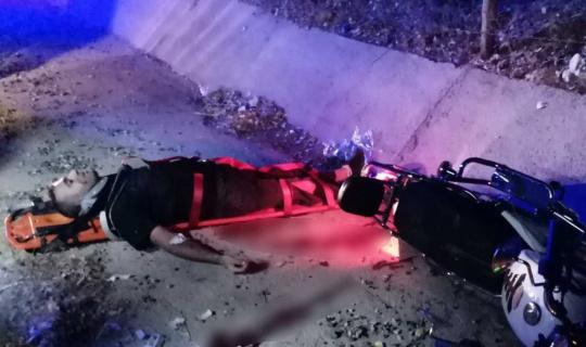 Taklalar atan motosiklet kanala düştü: 2 yaralı
