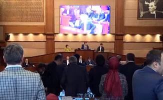 """AK Partililer """"Ekrem İmamoğlu Küfür Etti"""" Diyerek Salonu Terk Etmek İstedi"""
