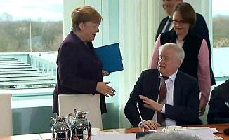 Almanya'da İlginç Görüntü! Koronavirüs Salgını Nedeniyle Başbakanın Elini Sıkmadı