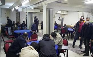 Kahvehane Baskınında Polisin Ceza Kesmesini Beklerken Cezayı Kimin Ödeyeceği Üzerine Oyun Oynadılar