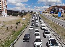 """43 ilin geçiş güzergahında """"son gün"""" trafik yoğunluğu: Kilit kavşakta yine aynı manzara"""