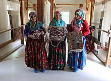 Asırlardır geleneksel giyiniyor, el emeği kilimler üretiyorlar