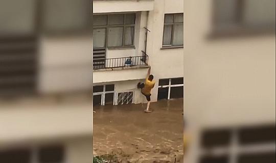 Evleri suyla dolan çift komşularının uzattığı ip yardımıyla hayata tutundu