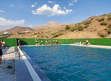 Meretonun gençleri derelerde değil lüks havuzda yüzme öğrenecek
