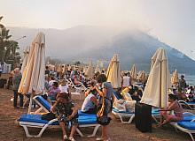 Tahliye edilen otellerdeki tatilciler sahile getirildi