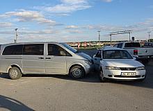 Uşak'ta minibüs otomobille çarpıştı; 8 yaralı
