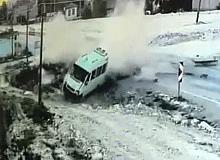 Minibüsle otomobilin çarpıştığı kazada ortalık böyle toz duman oldu