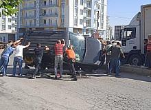 Refüje çarpıp yan yatan araçtaki iki kişiyi vatandaşlar çıkardı